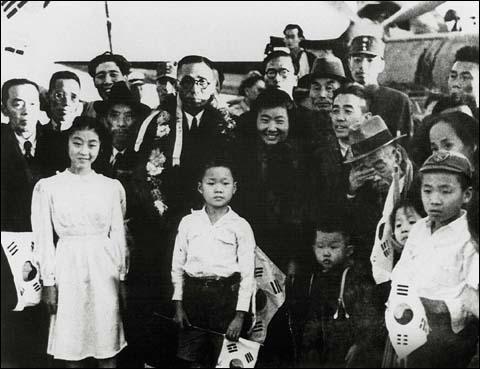 1945년 11월 5일 상하이 비행장에서 임정 요인들의 귀국을 환송하는 모임 사진. 화환을 걸친 김구 주석 왼편으로 조완구, 김규식 선생이 보이고 오른편으로 며느님 안미생, 이규열(이시영 선생 차남), 이시영 선생이 보인다. 김구 선생 앞에 태극기를 든 소년이 어린 시절의 이종찬 전 의원이다. 1945년 11월 5일 상하이 비행장에서 임정 요인들의 귀국을 환송하는 모임 사진. 화환을 걸친 김구 주석 왼편으로 조완구, 김규식 선생이 보이고 오른편으로 며느님 안미생, 이규열(이시영 선생 차남), 이시영 선생이 보인다. 김구 선생 앞에 태극기를 든 소년이 어린 시절의 이종찬 전 의원이다.